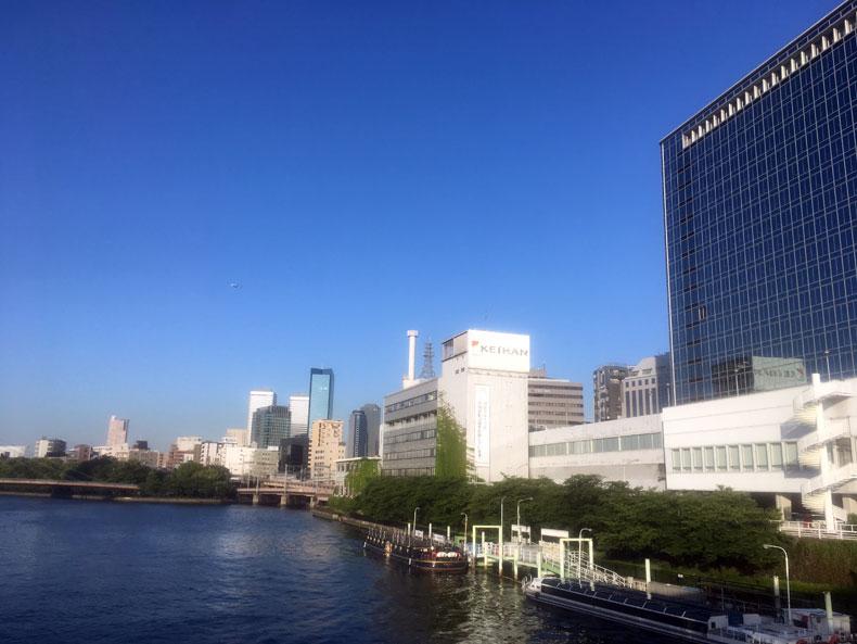 OMMビルとアクアライナー(大阪水上バス)